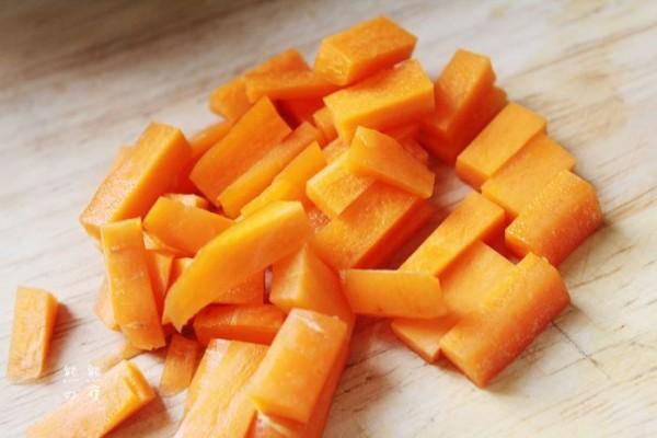 胡萝卜怎么切成丁_蚕豆米小炒饭的做法_蚕豆米小炒饭怎么做_美食杰