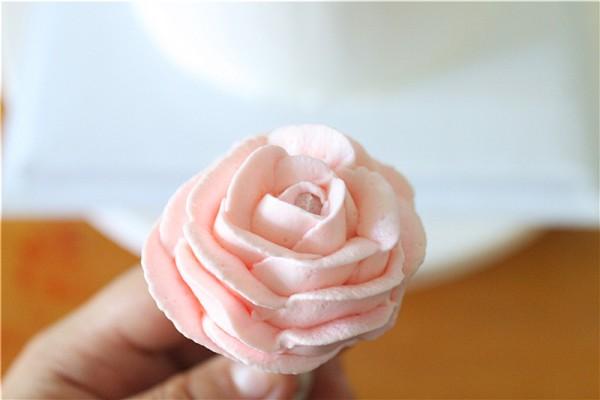 用筷子做支撑,裱花做出一朵花.图片