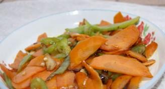 红萝卜炒尖椒的做法