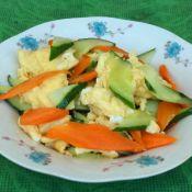 胡萝卜黄瓜炒鸡蛋的做法