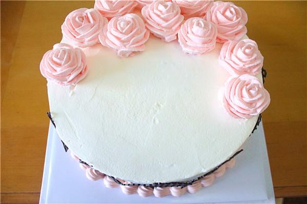 用小勺子轻轻在蛋糕上抹出松树的大树干