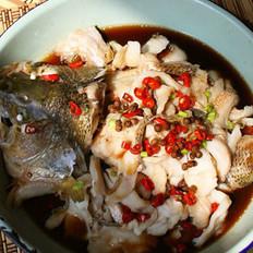 双椒蒸鲈鱼的做法