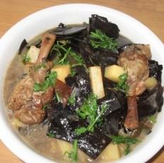 鸭腿海带炖土豆的做法