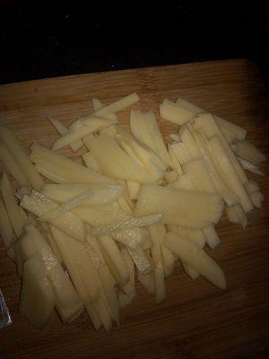 土豆切成长条状 四季豆也掰成长条