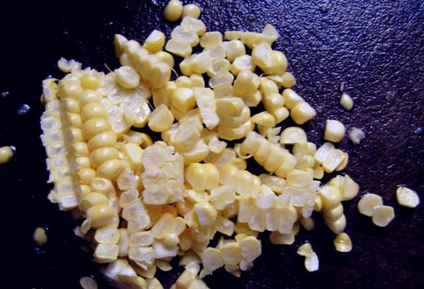 把玉米用刀切下来,就成了一粒粒的了,方便宝宝吃.