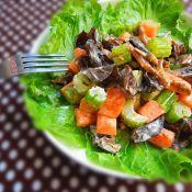 煎鱼与沙拉盖饭