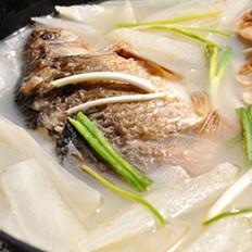 萝卜煮鲫鱼的做法