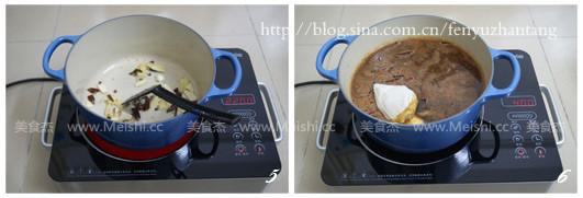 关火后让鸭头浸在卤水中2-3个小时或更长时间 麻辣鸭头好吃的四道工序: 焯水: 将鸭头放入有姜片和米酒的滚水中焯水,再用清水冲洗净表面的浮沫,能去除鸭腥味 卤水: 卤水要先煮好。因为麻辣鸭头的肉讲究丝丝入味,而且还要有点嚼劲,煮的时间短的话味道就进不去(比如鸭头和卤水一起煮制),而如果在卤水里煮太久,鸭头又容易烂,口感不好,所以卤水需先煮好 卤制: 卤制鸭头的时候,要大火煮滚后转小火煮一个小时,不可低于四十分钟或超过一个小时 浸泡: 卤好的鸭头要浸泡在卤水中2个小时以上,或是更长的时间才能入味,我的浸泡