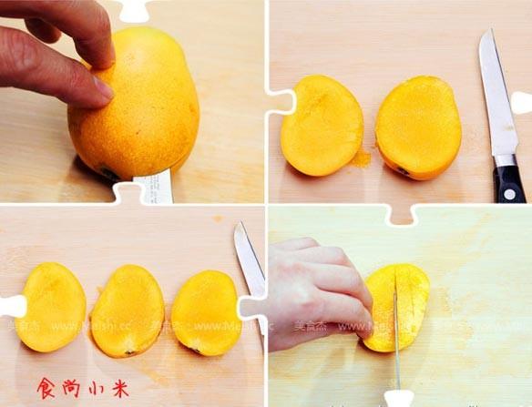 中间一片是芒果的核,下面一片,上下的芒果片,芒果肉如图四所示切花刀