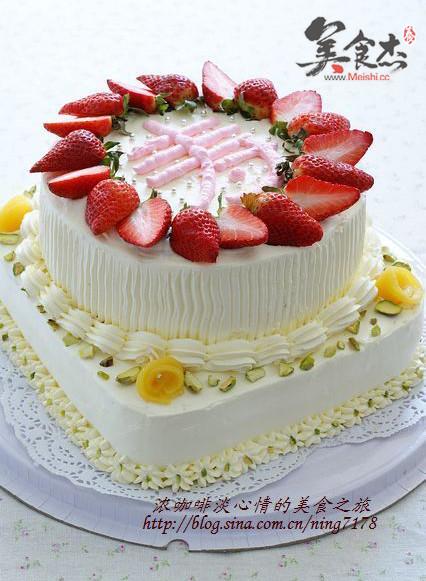 将蛋糕分割成3片即可进行装饰 二,长方形蛋糕做法 奶油霜加少许红色素