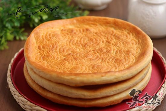 用馕戳子在饼坯上打出均匀的花纹  10.  11.