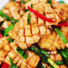 鱿鱼炒韭菜的做法