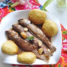 小鱼烀饼子的做法