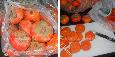 步骤 1 - 柿子洗干净 削皮,横着切半 放入烤箱,用烤箱最低温度把柿
