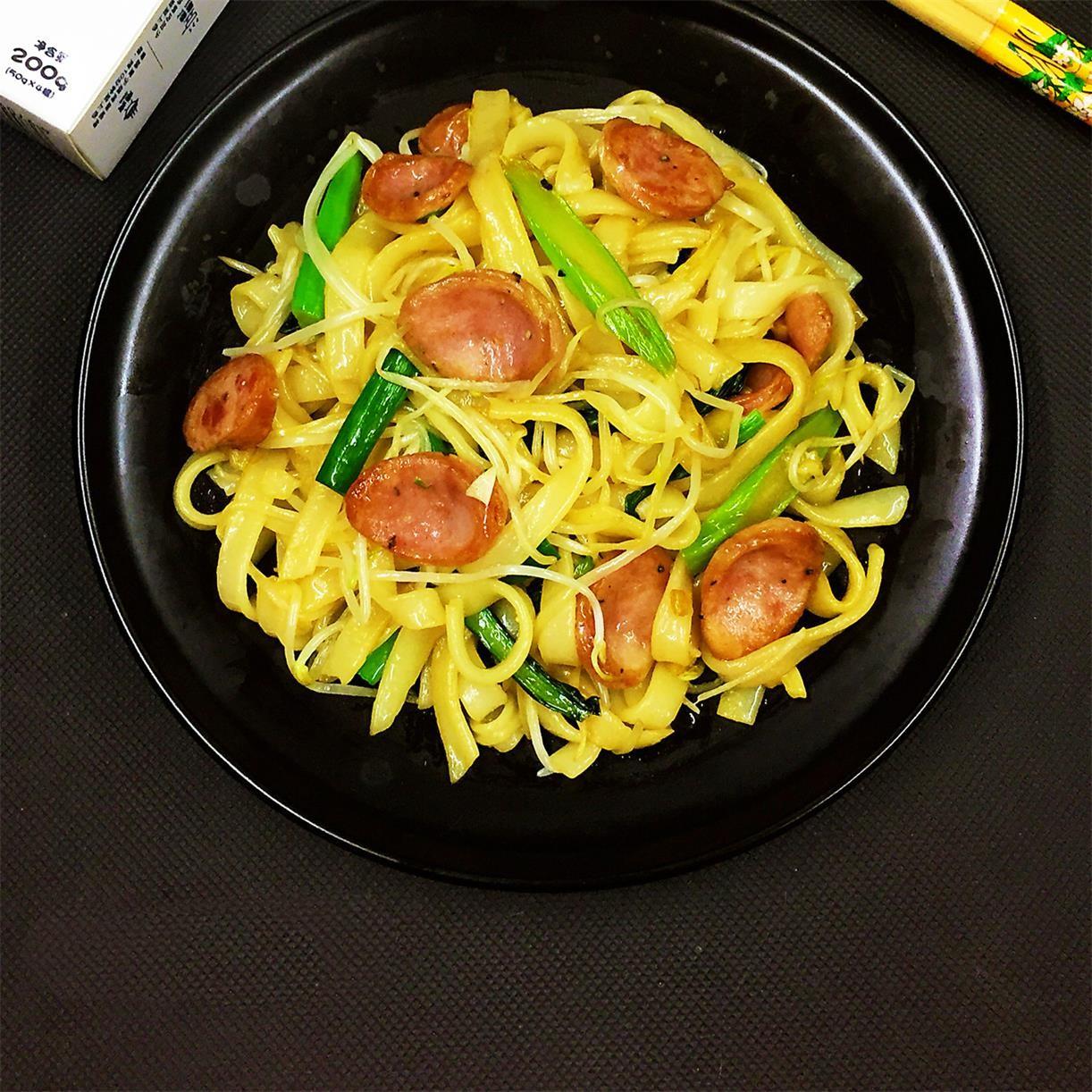 鲜美|黑椒肠芽菜炒河粉