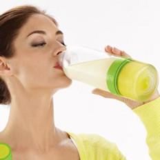 多喝温柠檬水利排尿